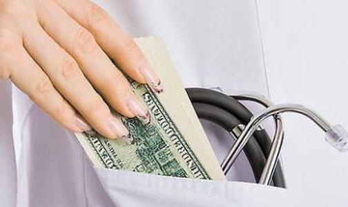 Россияне считают нормальным благодарить врача деньгами и конфетами
