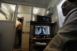 До полуночи петербуржцы могут сделать бесплатную «флюшку» в центре города: Фоторепортаж