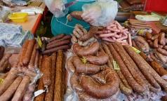 В Петербурге мигранты делали сосиски из костей и химических добавок