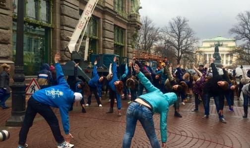 В Петербурге Всемирный день здоровья отметили зарядкой под дождем
