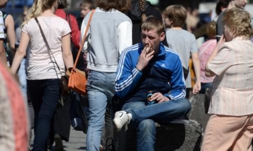 Пить и курить мужчины начинают раньше женщин, употреблять наркотики - позже