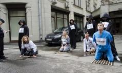 Пациенты с ВИЧ пришли к администрации президента в образе всадников Апокалипсиса