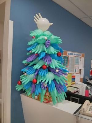 Как за рубежом врачи украшают больницы к Новому году