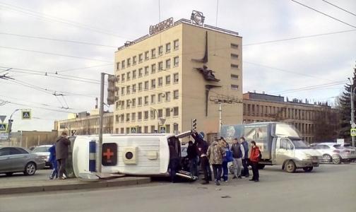 В Петербурге «Скорая» с беременной попала в ДТП и перевернулась