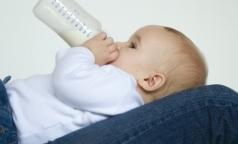 ВОЗ призвала страны бороться с заменителями грудного молока