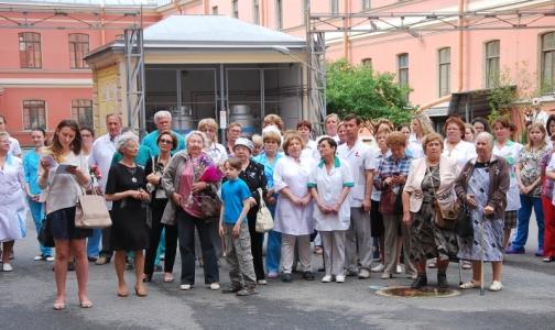 Бывшие и настоящие сотрудники больницы им. Раухфуса встретились у памятника детским врачам