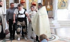 Экзоскелет помог россиянину самому привести жену к алтарю