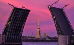 Дворцовый мост в Петербурге сегодня станет фиолетовым