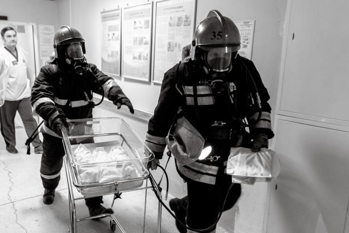 Все в дыму: На учениях в 10-м роддоме спасатели выносили новорожденных первыми