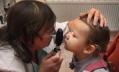 В медосмотр младенцев хотят включить прием офтальмолога