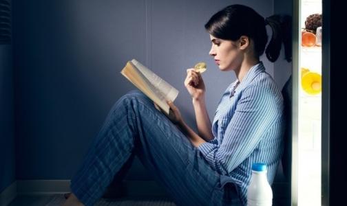Диетолог рассказала, почему есть на ночь — не вредно