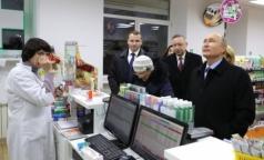 «Мы думали, вы приболели». Владимир Путин устроил ревизию в аптеке Петербурга