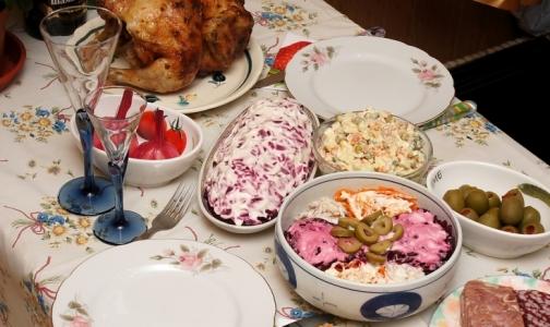 Петербургские врачи рассказали, когда нужно съесть новогодние оливье и студень