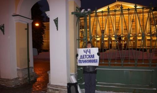 «Будем надеяться, что нас услышали»: Петербуржцы вышли на пикеты в защиту детской поликлиники