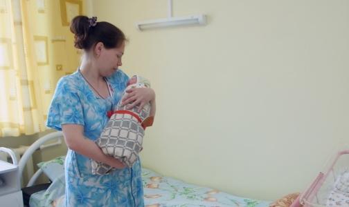 Педиатр: держать младенцев столбиком после еды бессмысленно
