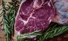 Роспотребнадзор не запрещает ресторанам кормить россиян стейками «с кровью» и суши с сырой рыбой