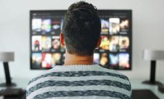 Телеканалы обязали адаптировать вещание для инвалидов по слуху. Эротические - не исключение