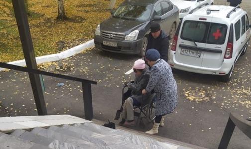 «Я привыкла»: россиянка в инвалидном кресле вынуждена заползать в больницу на коленях