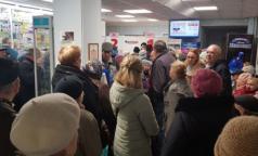 День выдачи: Петербуржцы занимают очередь за тест-полосками и инсулином в 6 утра