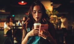 """Ученые: постоянное """"зависание"""" в смартфонах приводит к раннему старению"""