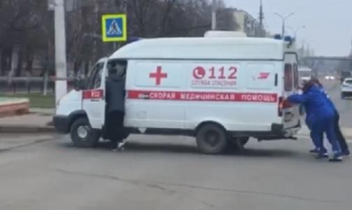 «Интересное кино»: врачи толкали застрявшую на перекрестке машину скорой