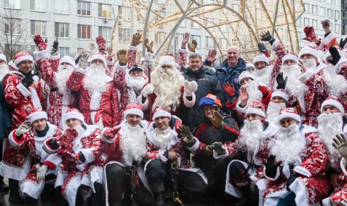 Почти сотня спасателей в костюмах Дедов Морозов поздравили маленьких пациентов