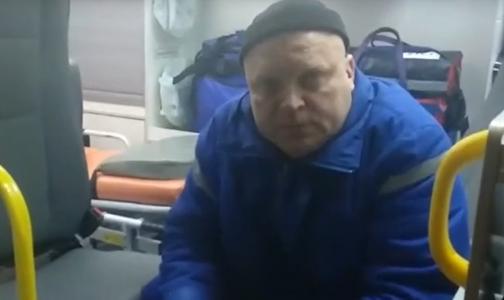 Петербуржец поскандалил с врачом скорой помощи, который курил в салоне автомобиля