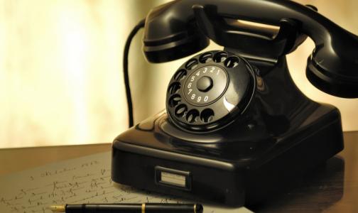 Сообщите своим родственникам и соседям старше 65 лет важные телефоны. Им помогут