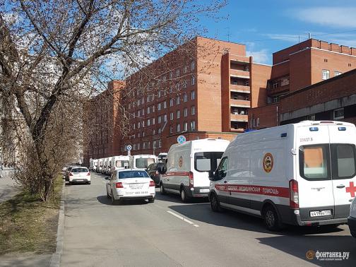 В комздраве объяснили огромные очереди из скорых у петербургских больниц