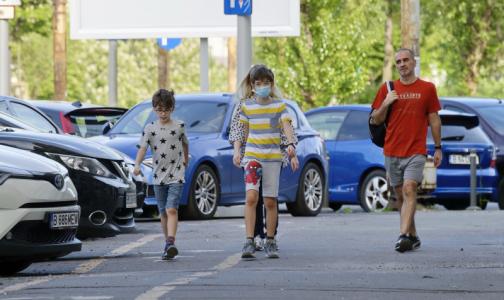Дети в масках. Как уберечь ребенка от коронавируса, если до двух лет их носить опасно, а потом бессмысленно