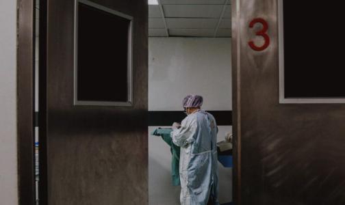 Главный санврач Петербурга разрешила медикам работать по совместительству, а стационарам – пускать сиделок к тяжелым пациентам