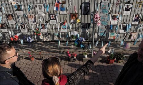 «Осторожно! При посещении Стены памяти медикам на Малой Садовой, эта сторона улицы наиболее опасна»