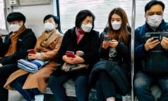 В метро заходят в масках, но быстро снимают: как петербуржцы соблюдают меры безопасности в общественном транспорте