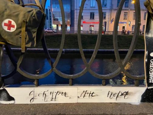 Ангелы на Карповке. Неизвестный художник установил фигуры врачей на месте будущего мемориала медикам, погибшим от COVID-19